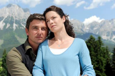 Martin (Hans Sigl, l.) und Lena (Pia Baresch, r.) wollen um ihre Liebe kämpfen. (c) ORF/ZDF/Thomas R. Schumann