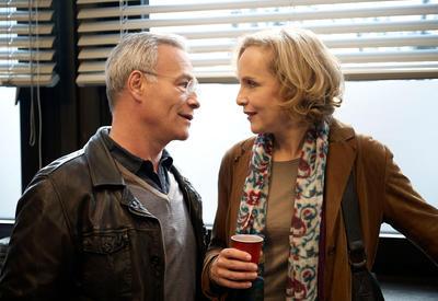 Max Ballauf (Klaus J. Behrendt) ist froh, dass die Polizeipsychologin Lydia Rosenthal (Juliane Köhler) die Ermittlungsarbeiten im aktuellen Entführungsfall unterstützt. (c) ORF/ARD/Uwe Stratmann